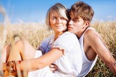 Image de jeune homme et de femme sur la zone de blé Images stock