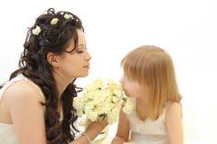 Jeune mariée heureuse et peu de bridesm Photographie stock libre de droits
