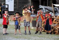 Image de jeunes garçons joignant l'activité d'Army du Roi, fort William Henry, lac George, New York, 2015 Image libre de droits