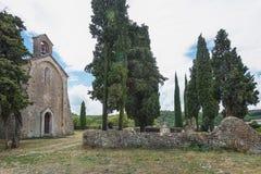 Image de l'église romane du Saint Pierre dans Larnas Images libres de droits
