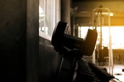 Image de l'ensemble de barbell et d'haltère au gymnase, formation de poids d'équipement sur le support, fin modifiée la tonali image libre de droits