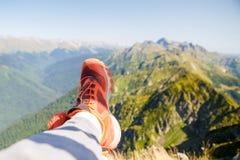 Image de l'homme dans les espadrilles rouges et le paysage montagneux pittoresque Image libre de droits