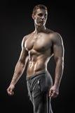 Image de l'homme très musculaire posant avec le torse nu photos stock