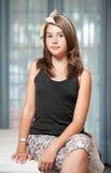 . Image de la jolie pose d'adolescent d'intérieur dans une bonne humeur Photo libre de droits