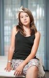 . Image de la jolie pose d'adolescent d'intérieur dans une bonne humeur Photo stock