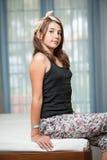 . Image de la jolie pose d'adolescent d'intérieur dans une bonne humeur Images libres de droits