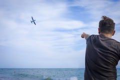 Image de la main heureuse d'augmenter de garçon haute et du doigt de point au ciel à Image libre de droits