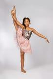 Image de la petite fille flexible faisant la fente de verticale Photo stock