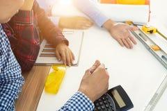 Image de la réunion d'ingénieur pour le projet architectural esprit fonctionnant photo libre de droits