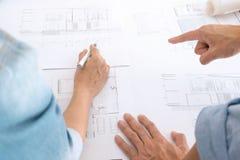 Image de la réunion de travail d'équipe d'ingénieur pour le projet architectural sur un lieu de travail image libre de droits
