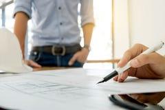 Image de la réunion de travail d'équipe d'ingénieur pour le projet architectural sur un lieu de travail photos libres de droits