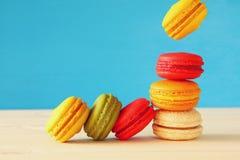 Image de macaron coloré en baisse Image libre de droits