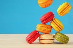 Image de macaron coloré en baisse Photo stock