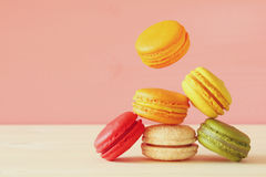Image de macaron coloré en baisse Images stock