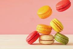 Image de macaron coloré en baisse Photos stock