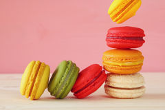 Image de macaron coloré en baisse Photographie stock