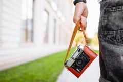 Image de main en gros plan tenant le rétro appareil-photo, la vie du ` s de photographe image stock