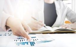 Image de main femelle se dirigeant au document d'entreprise pendant la discussion à se réunir photographie stock