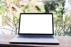 Image de maquette d'ordinateur portable avec l'écran blanc vide sur la table en bois de vintage Images stock