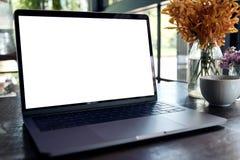 Image de maquette d'ordinateur portable avec l'écran de bureau blanc vide sur la table en bois Photographie stock