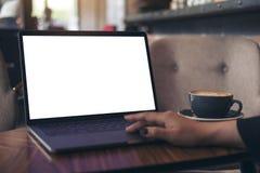 Image de maquette d'une femme d'affaires à l'aide de l'ordinateur portable avec l'écran de bureau blanc vide avec la tasse de caf Photo libre de droits