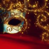 Image de masque vénitien élégant de bleu et d'or au-dessus de fond rouge Photos libres de droits
