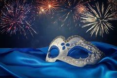 Image de masque vénitien élégant de bleu et d'or au-dessus de fond bleu de tissu en soie Photo libre de droits