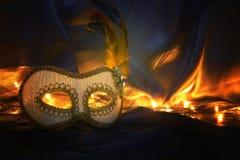 Image de masque vénitien blanc élégant au-dessus de fond de Tulle Photos stock