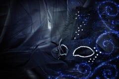 Image de masque vénitien noir dramatique élégant au-dessus de backgro de Tulle Photographie stock
