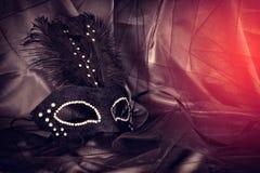 Image de masque vénitien noir dramatique élégant au-dessus de fond de Tulle Photographie stock