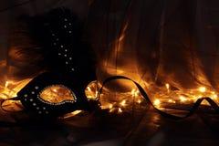 Image de masque vénitien noir dramatique élégant au-dessus de fond de Tulle Image stock