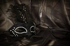 Image de masque vénitien noir dramatique élégant au-dessus de fond de Tulle Photos stock