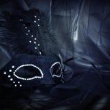 Image de masque vénitien noir dramatique élégant au-dessus de fond de Tulle Images stock