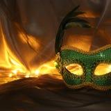 Image de masque vénitien vert élégant au-dessus de fond de Tulle Photographie stock libre de droits