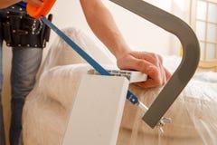 Image de menuisier sciant le bâton en bois photos libres de droits