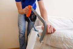 Image de menuisier sciant le bâton en bois photographie stock libre de droits