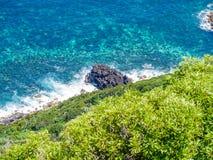 Image de mer avec des roches le long d'une côte photographie stock