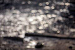 Image de mer de tache floue et de bokeh de chanel dans le temps de coucher du soleil avec le colo chaud Images libres de droits