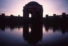 Image de miroir du palais du théâtre d'beaux-arts en silhouettes Photo libre de droits