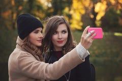 Image de mode de vie des filles de meilleur ami prenant le selfie images libres de droits