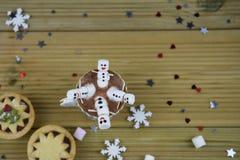 Image de nourriture et de boissons de photographie de Noël avec la tasse de chocolat chaud et les mini guimauves formées en tant  Images libres de droits