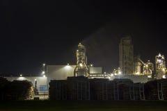 Image de nuit d'installation de transformation de bois de construction Images libres de droits