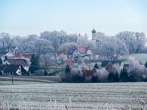 Image de paysage romantique d'hiver avec le village image stock