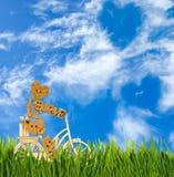 Image de petit homme décoratif sur une bicyclette contre le ciel Images stock