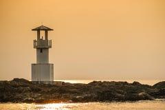 Image de petit phare contre un coucher du soleil tropical d'océan et une eau lisse à la plage de Khao Lak en Phang Nga, Thaïlande photographie stock libre de droits