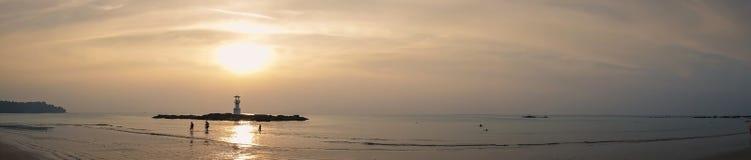 Image de petit phare contre un coucher du soleil tropical d'océan et une eau lisse à la plage de Khao Lak en Phang Nga, Thaïlande photo libre de droits