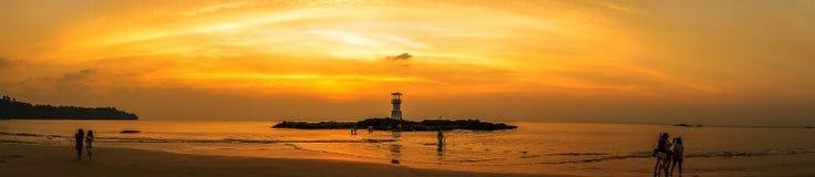 Image de petit phare contre un coucher du soleil tropical d'océan et une eau lisse à la plage de Khao Lak en Phang Nga, Thaïlande photo stock