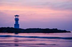 Image de petit phare contre un coucher du soleil tropical d'océan et une eau lisse à la plage de Khao Lak en Phang Nga, Thaïlande images libres de droits