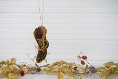 Image de photographie de Noël de décoration de Noël raccrochant de la botte de victorian avec le fond de fête de Noël d'or sur le Photo stock