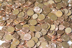 Image de plan rapproché d'euro pièces de monnaie rouges au-dessus du fond blanc Pas isola Photos libres de droits